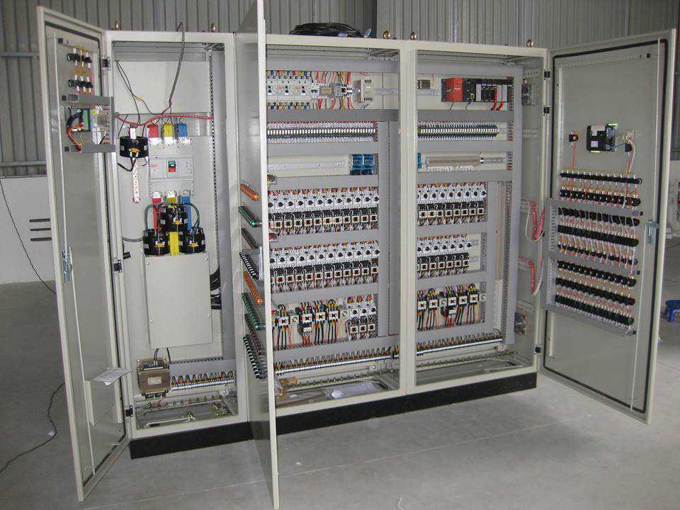 Tủ điện công nghiệp thường có cấu trúc lớn hơn và phức tạp hơn so với tủ điện gia đình